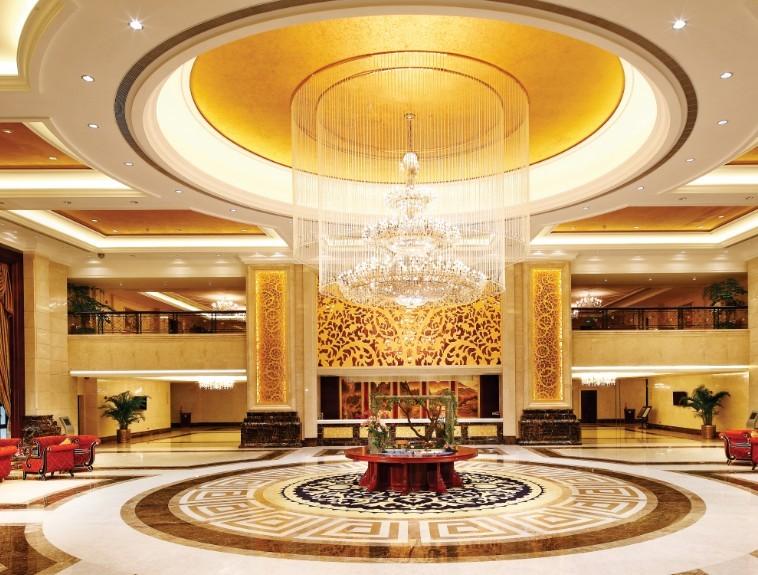 记者日前获悉,8月25日增城恒大酒店将盛大开业。这也是继恒大在广州恒大御景半岛、重庆恒大酒店及清远旅游世纪城三大酒店开业后,又一个超白金五星级酒店的钜作。最近几年恒大酒店业展态势迅猛,也说明了恒大集团通过建立集约化集团管理的运营模式成果显著。      广州增城恒大酒店是恒大集团独家投资兴建,自行设计,自行管理的白金超五星旗舰酒店。地理位置十分优越,毗邻千亿中心知识城核心区和广州经济技术开发区,距广州市区、花都国际新机场仅30分钟车程。酒店建筑面积46070平方米,内设豪华山景房、豪华湖景房、豪华山水