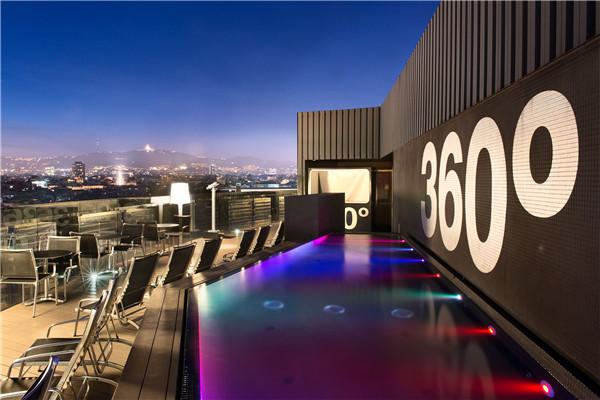 7. 巴塞罗拉瓦酒店(Barceló Raval)天空酒吧及户外泳池.jpg